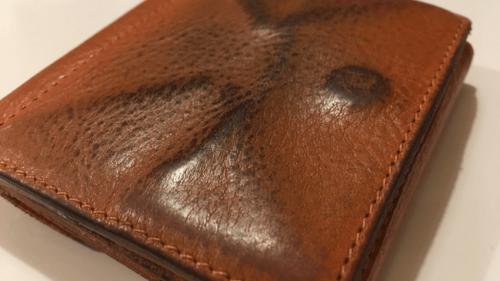 イルビゾンテの財布の裏側にあたるコインケースの表面は既に半分黒っぽくなってしまっています