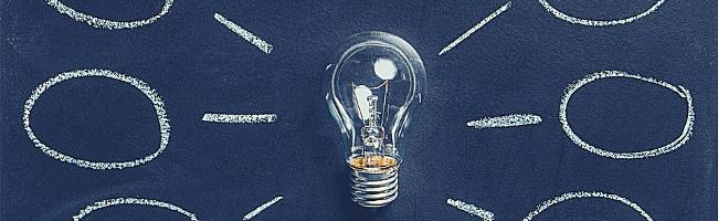 黒板に書かれた電球とアイデア