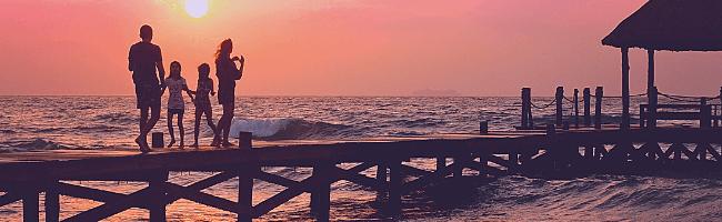 夕日と海を背にして撮影した家族写真