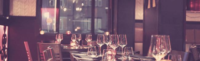 綺麗にグラスが並べられたレストラン