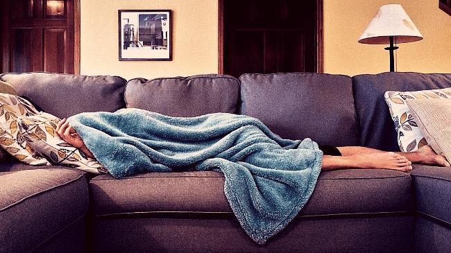 勤務中にソファで仮眠を取る人