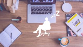仕事の休憩中に椅子に座って寝ているサラリーマン