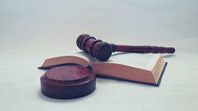 有給取得の義務化という法律と法律書と木製のガベル