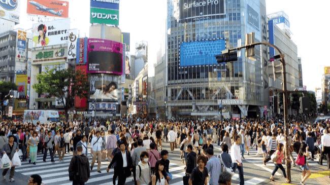 渋谷のスクランブル交差点にも仕事を休まない日本人が沢山いる