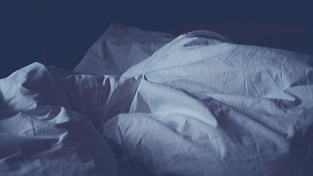 真夜中で真っ暗な状態のベッド