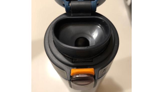 ワンタッチで開くことができるタイガーの水筒の飲み口