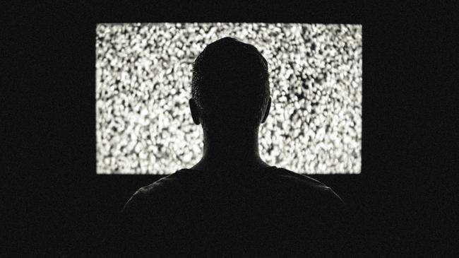 夜遅くまでテレビを見てしまい早起きできない人