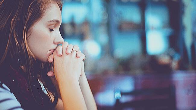 自分の容姿が良くなることを祈っている女性
