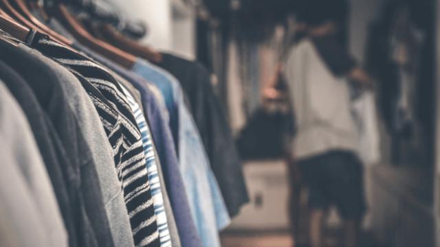 ファッションに興味のない男性が一生懸命洋服を選んでいる