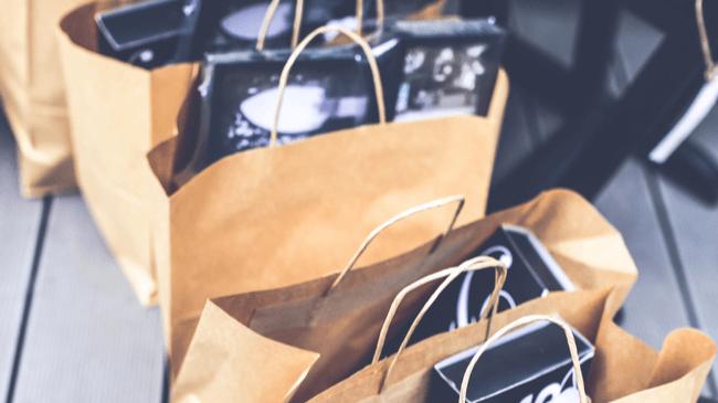 ファッションに興味のない男性ではありえない大量の買い物袋