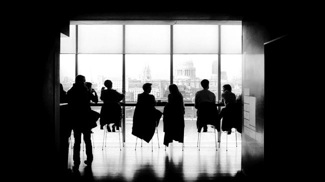 会社の人間関係が崩壊して、誰もしゃべらない会議に苦しむサラリーマン