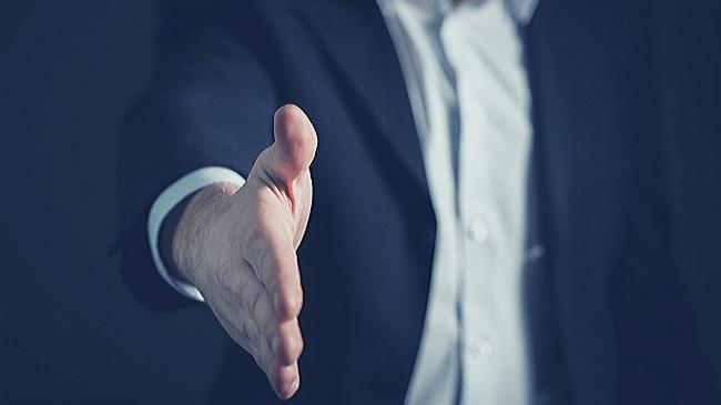 サラリーマンが会社より内定の話をいただいて握手をした瞬間