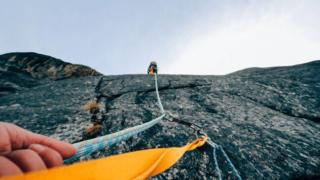 定年という頂上まで1本の道で山登り(仕事を続ける)サラリーマン