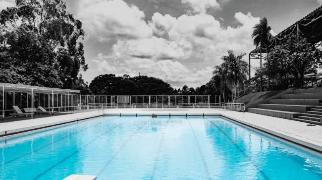 スポーツタオルが使用されるプール