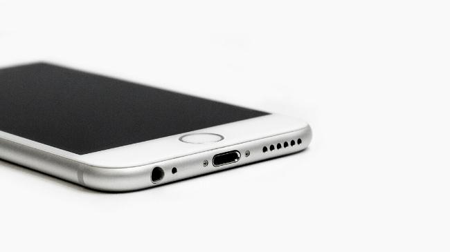 朝にベッドから出るために欠かせないスマートフォン