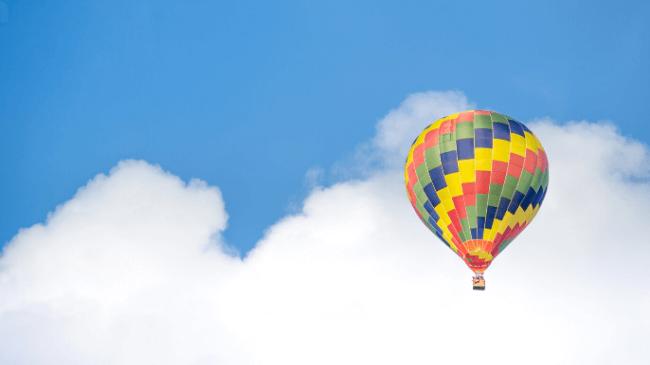 楽しみだった気球に乗って旅行しているところ