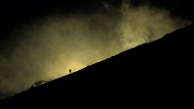口だけ男が自分が宣言したことを行動に移して登山しているところ