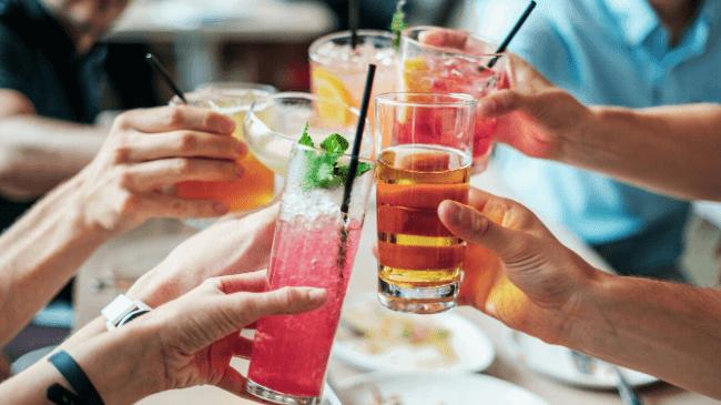 飲み会のスタート時に乾杯しているところ