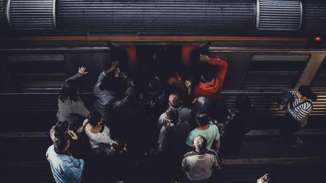 満員電車のドア付近が混雑しているところ