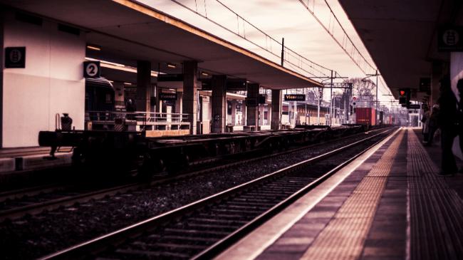 朝の早い時間で乗客の少ない駅のホーム