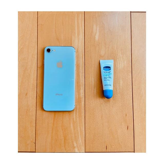 iphoneとペトロリュームジェリー リップAを並べたみたところ