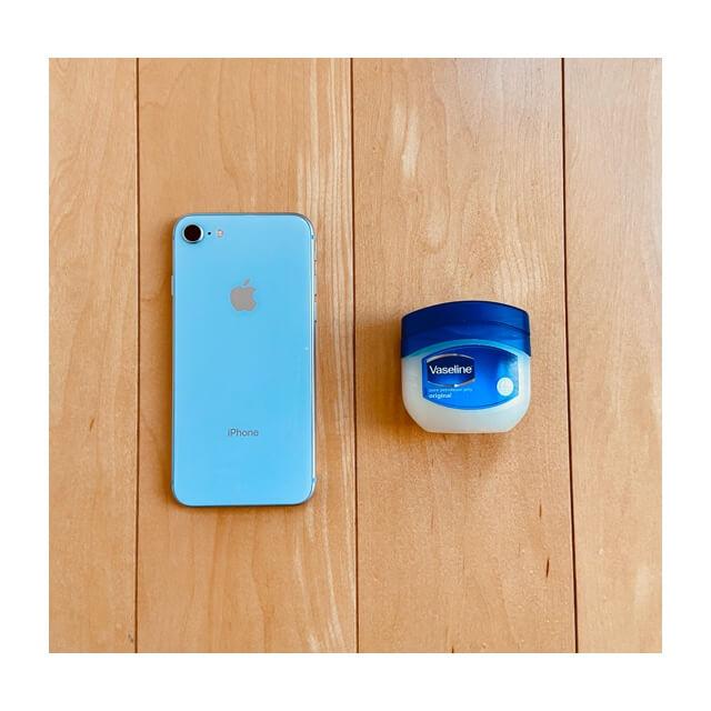 iphoneとヴァセリン ピュアスキンジェリーを並べておいたところ