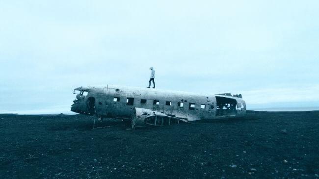 テレビのニュースで放送された墜落した飛行機