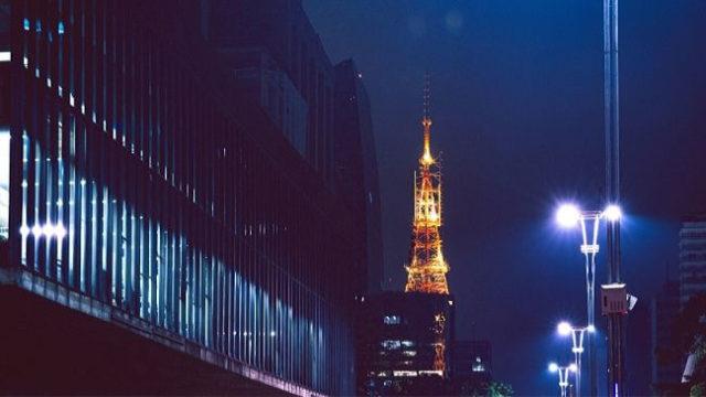生活残業している人が働いているオフィスと東京タワー