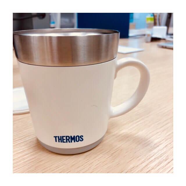 オフィスで使用中のマグカップ
