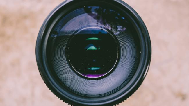 在宅勤務でサボっていないかを監視するためのカメラレンズ
