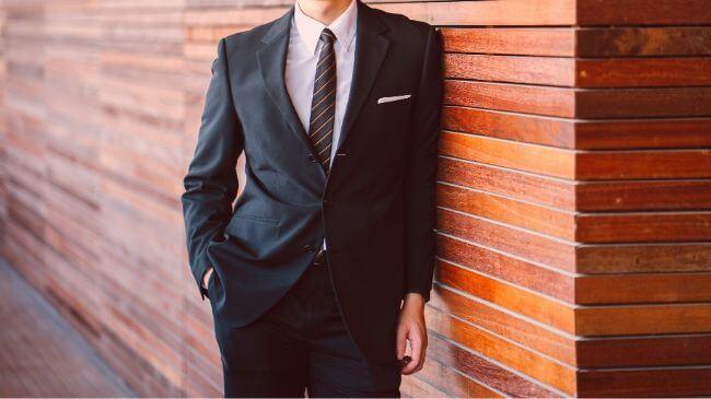 スメハラとは無縁そうな30代のスーツ姿のサラリーマン