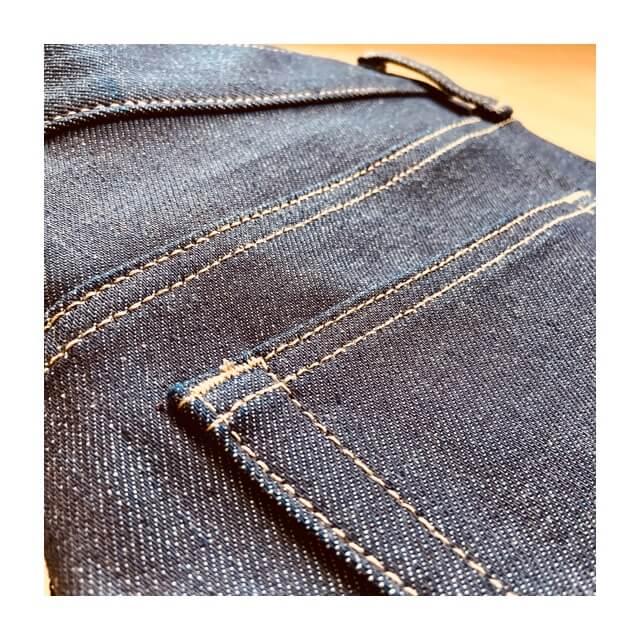 ストレッチセルビッジスリムフィットジーンズのバックのポケット