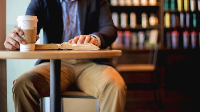スタバで無料で本を読んでいる男性