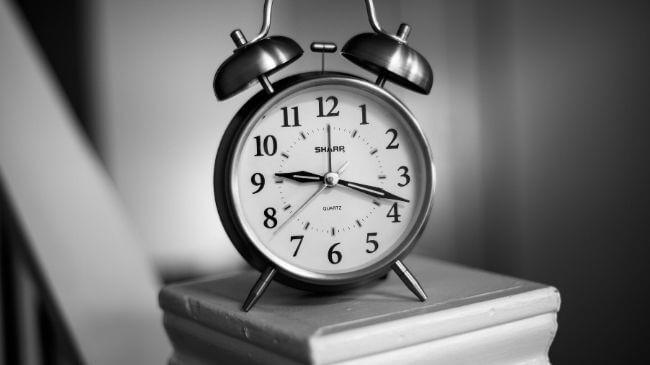 夜の9時すぎを表示している目覚まし時計