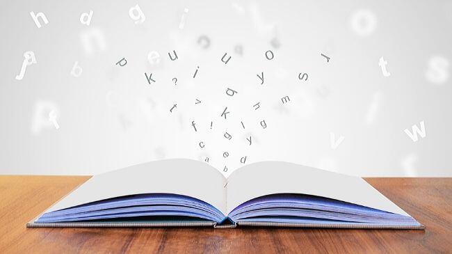 本から文字が浮かび上がってきたイメージ