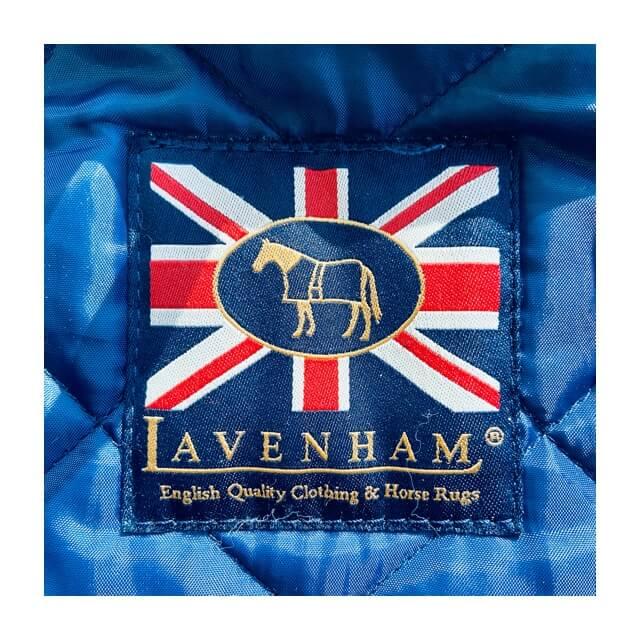 ラベンハムコートのメンズ用の襟下にあるロゴ