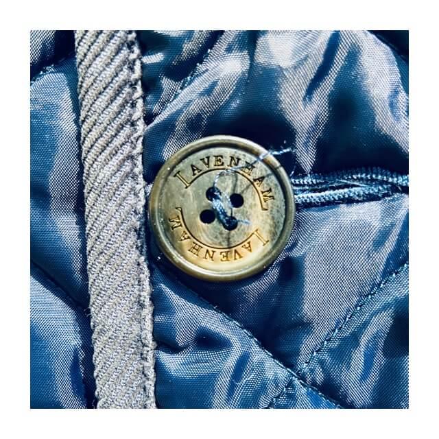 ラベンハムコートのメンズ用のボタンのアップ