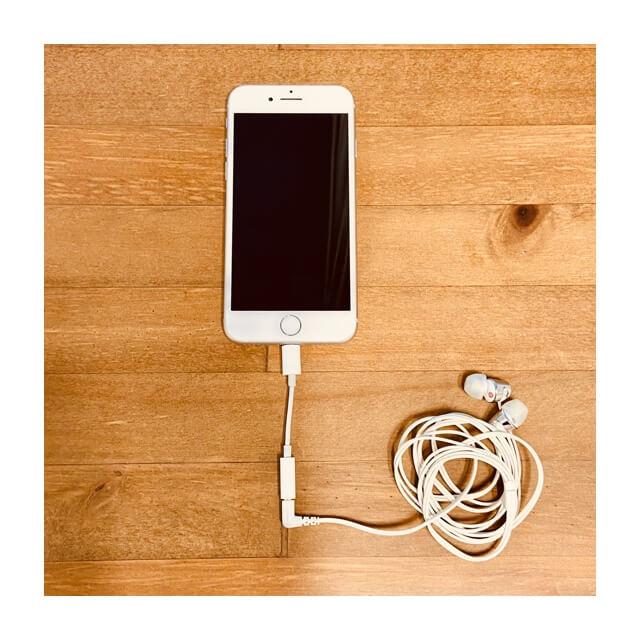 iphoneに変換アダプタとイヤホンを接続したところ