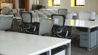 職場で孤立している人のデスク