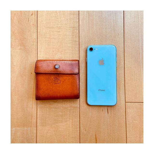 イルビゾンテの財布とiphoneを並べておいたサイズの比較