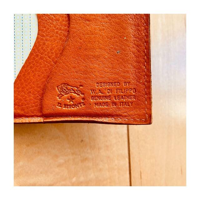 イルビゾンテの財布に刻印されているロゴ