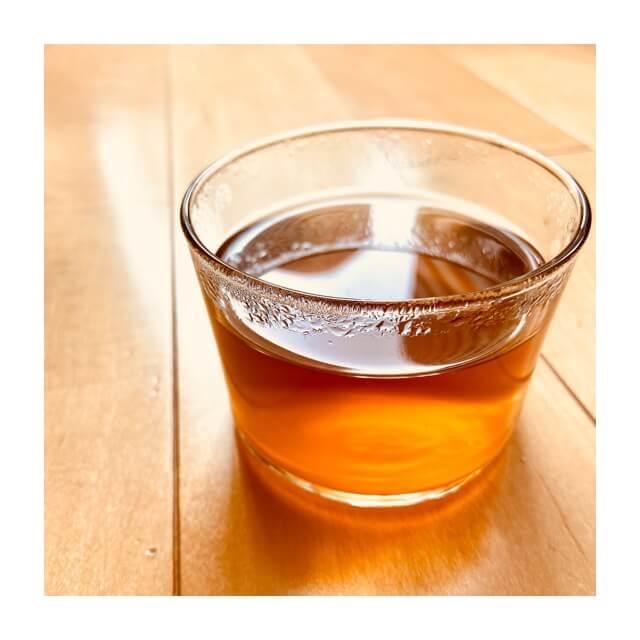 AGFのほうじ茶をグラスに入れたところ