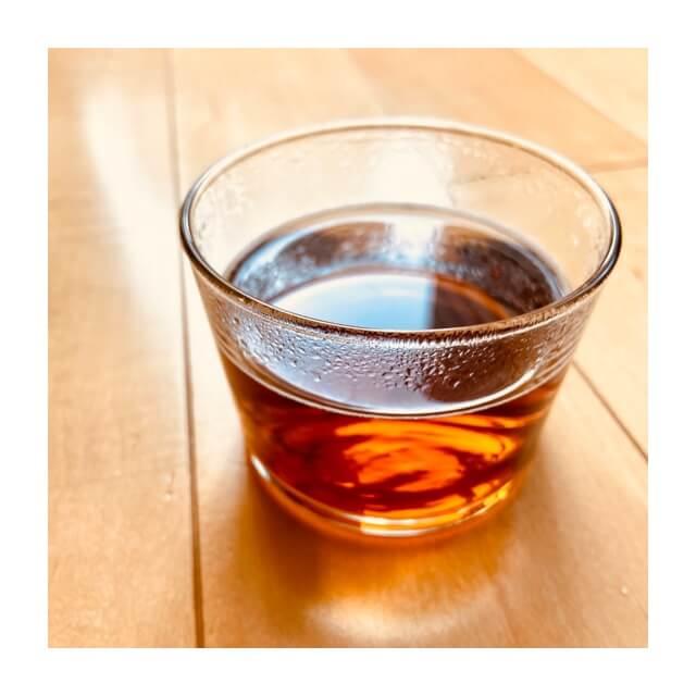 伊藤園の麦茶をグラスで溶かしたところ