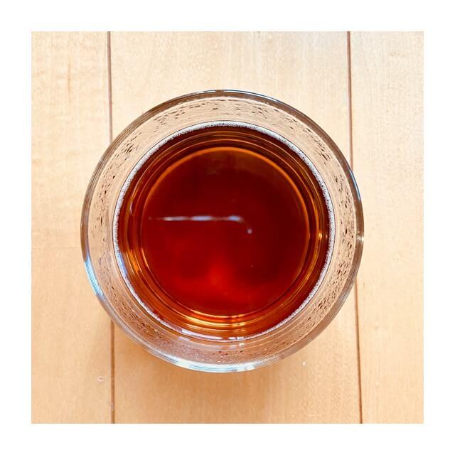 グラスに入っている伊藤園のむぎ茶