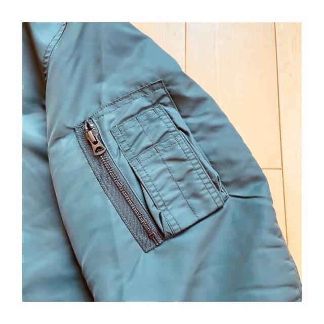 ユニクロのMA-1ブルゾンの肩部分のポケット