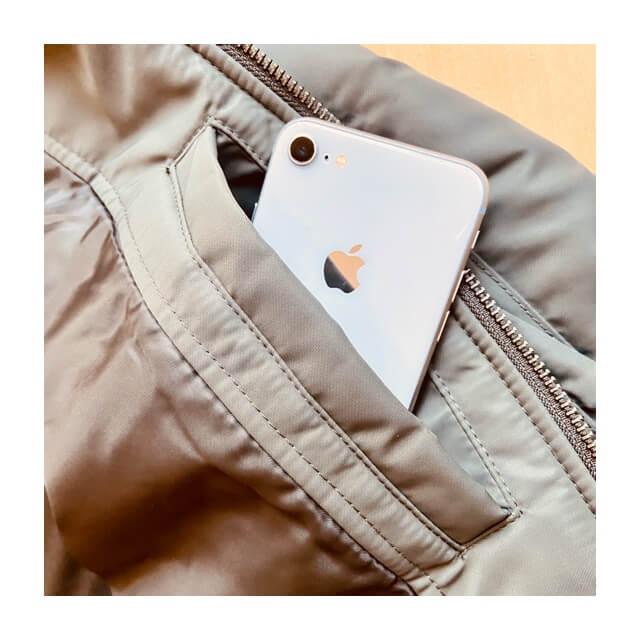 ユニクロのMA-1ブルゾンの隠れポケットとスマートフォン