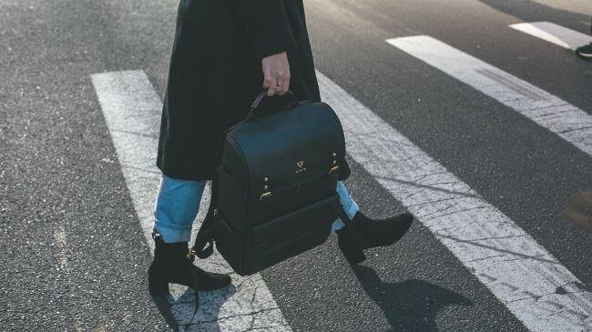 徒歩通勤している女性の会社員