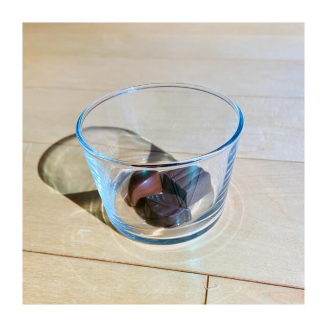 ミニマリストの食器にオススメのボデガのグラスにチョコレート(横から)