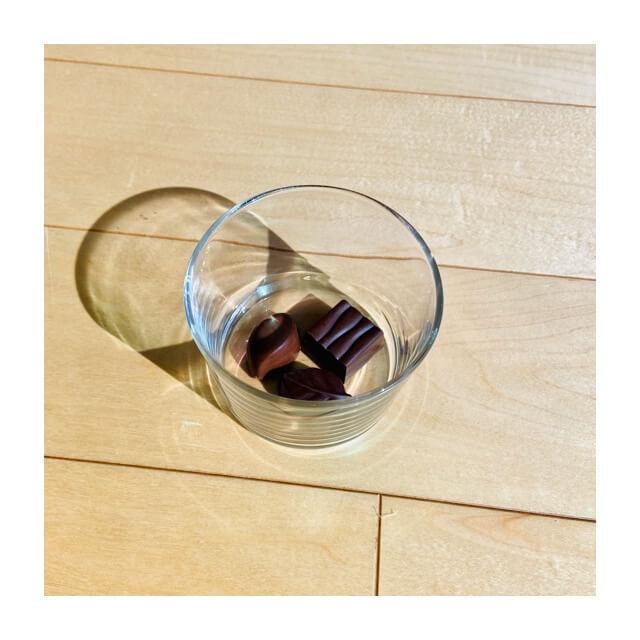 ボデガのグラスにチョコレートが入っているところ