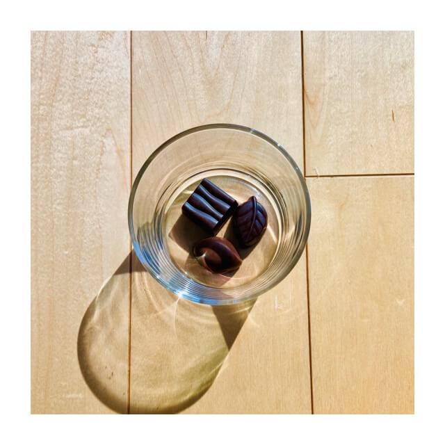 ミニマリストの食器にオススメのボデガのグラスにチョコレート(上から)